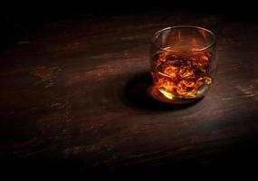 whisky sulla barra di legno scuro foto