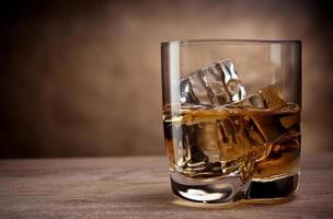 un bicchiere di whisky foto