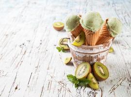 palette di gelato fresco kiwi in coni su legno