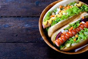 hot dog su fondo di legno foto