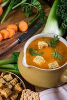 preparazione di zuppa di carote fresca cremosa foto