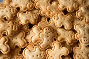 biscotti a forma di uomo sorridenti, pane allo zenzero foto