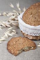 biscotti di farina d'avena in un cestino foto