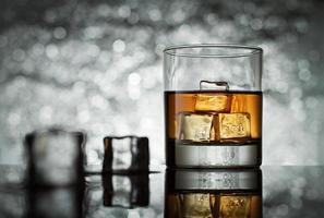 vetro con cubetti di ghiaccio su sfondo astratto