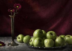 mela natura morta con fiori