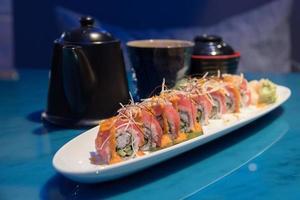 fila di sushi di fusione foto
