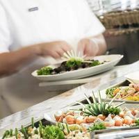 preparazione del buffet di sushi foto