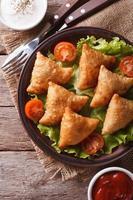 samosa su un piatto con salsa closeup, vista dall'alto verticale