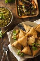 samosa indiane fritte fatte in casa foto