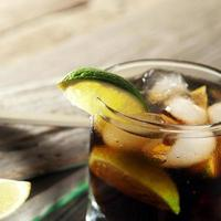 cocktail con cola e ghiaccio foto