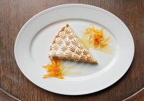 dessert di meringa sul tavolo di legno foto