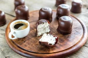 marshmallow freschi con una tazza di caffè foto