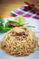 noodles istantanei fritti della mamma tailandese