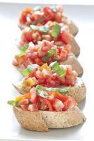 crostini con pomodoro, basilico e aglio foto