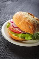 deliziose baguette al prosciutto con lattuga fresca foto