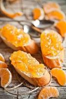 pezzi di baguette con marmellata di arance
