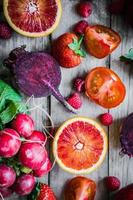 molta frutta e verdura su un tavolo di legno foto
