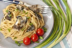 spaghetti con salsa di funghi foto