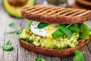 panino con avocado e uovo in camicia foto