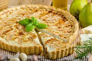 quiche francese ripieni di formaggio e pere foto