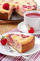 torta francese (quiche) con fragole foto