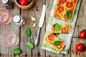 quiche di spinaci, pomodori, funghi foto