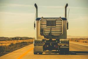rimorchio del trattore sull'autostrada foto