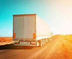 camion merci che guida al tramonto foto