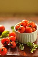 pomodori ciliegia freschi e maturi