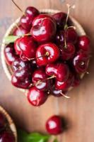 gruppo di vista dall'alto di molte ciliegie fresche nel cestino foto