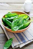 spinaci freschi in un'insalatiera foto