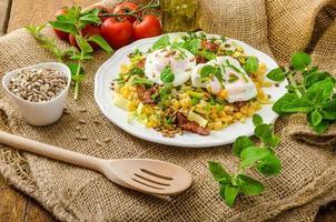 insalata di lenticchie primaverili con uovo in camicia foto
