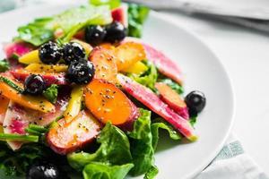 insalata estiva con verdure e frutti di bosco foto