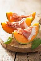 melone cantalupo con prosciutto. antipasto italiano foto