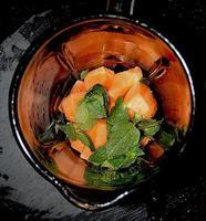 Frullatore melone cantalupo, menta e liquirizia. foto