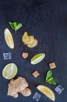ingredienti di limonata allo zenzero - zenzero, limone, lime, menta, zucchero foto
