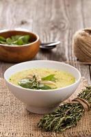 zuppa di pollo con uovo e pasta foto