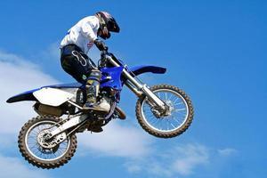salto di motocross foto