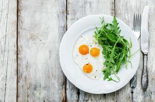 colazione fresca con uova strapazzate e rucola foto