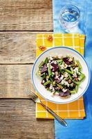 insalata con barbabietole arrostite, fagiolini, noci e formaggio di capra foto