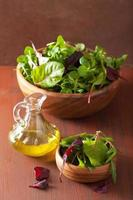 foglie fresche di insalata in ciotola: spinaci, barbabietole, rucola foto