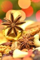 spezie di Natale, noci, biscotti e frutta secca su sfondo bokeh