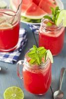 rinfrescante anguria fatta in casa agua fresca foto