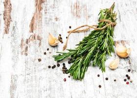aglio con rosmarino e pepe foto