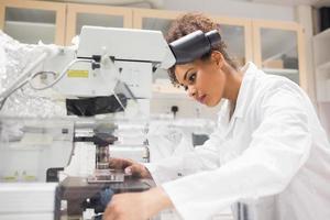 bella studentessa di scienze con il microscopio