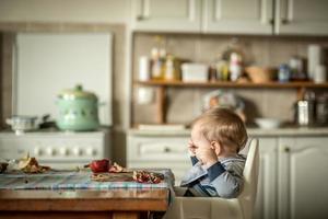 bambino felice che mangia frutta foto