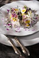 formaggio di capra con fiori commestibili