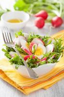 insalata di ravanello sano con uovo e foglie verdi foto