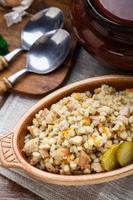 porridge d'orzo con carne di maiale foto