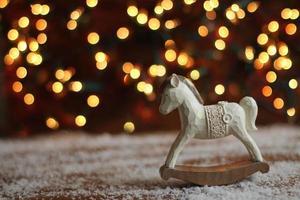 cavallo a dondolo su sfondo di Natale foto